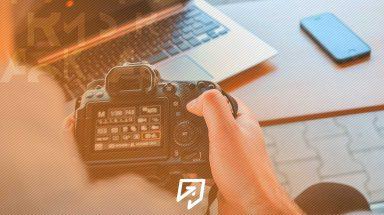 Imagem de uma câmera gravando um vídeos de um produto
